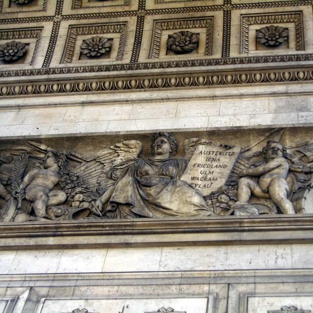 Fresque de l'Arc de Triomphe commémorant des batailles napoléoniennes