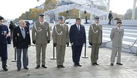 Dépôt de gerbe par Son Excellence Monsieur l'ambassadeur de Pologne en France